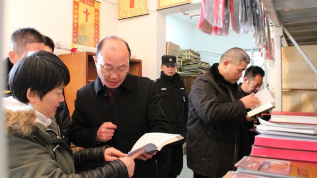 """Beamte durchsuchten eine Kirche nach """"illegalen"""" religiösen Büchern"""