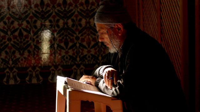Ältere Muslime, die den Koran lesen