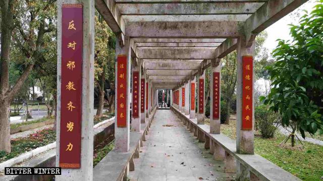 """Slogans im Park heißt: """"Lasst uns gemeinsam gegen xie jiaos vorgehen"""""""