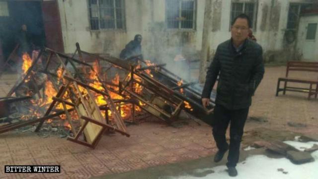 Die Bänke und Kissen der Kirche werden verbrannt.
