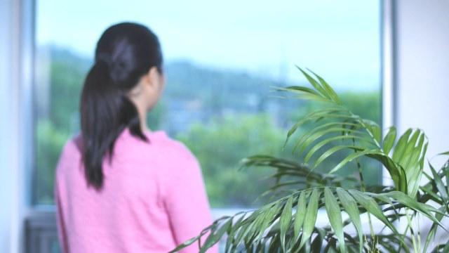 Eine Frau, die aus dem Fenster schaut