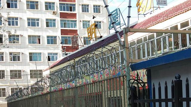 Schulen in Xinjiang, die sehr stark wie Gefängnisse aussehen.