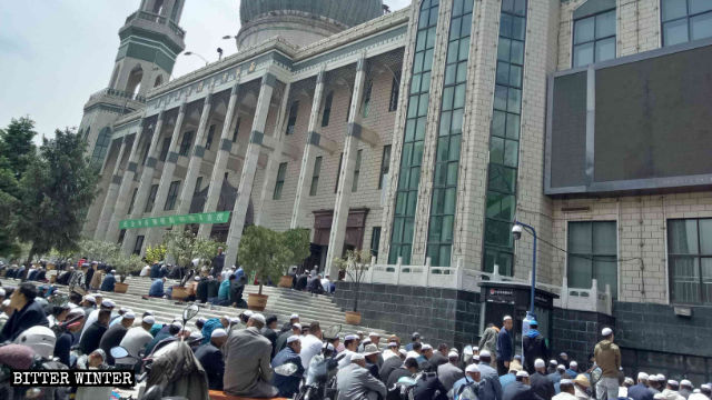 Vor der Dongguan-Moschee zelebrieren Muslime das Jumu'ah.