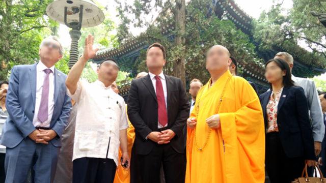 Der Abt eines Tempels empfängt ausländische Besucher