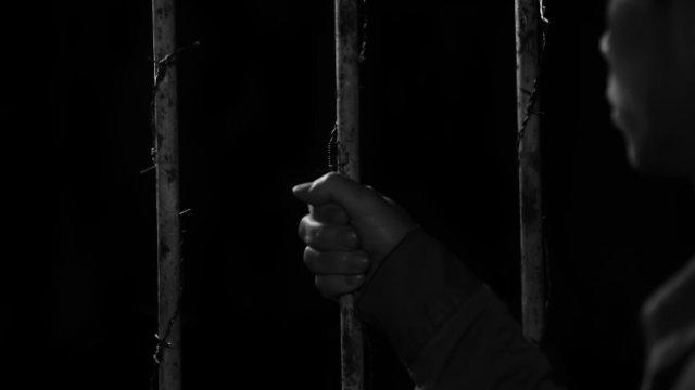 Eine verhaftete Person