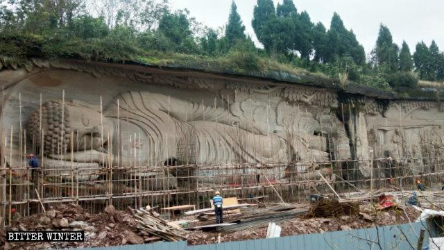 Arbeiter decken die liegende Buddha-Statue ab