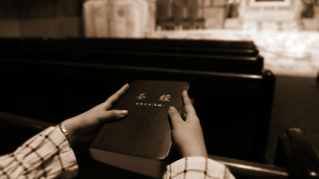 Eine Gläubige hält eine Bibel