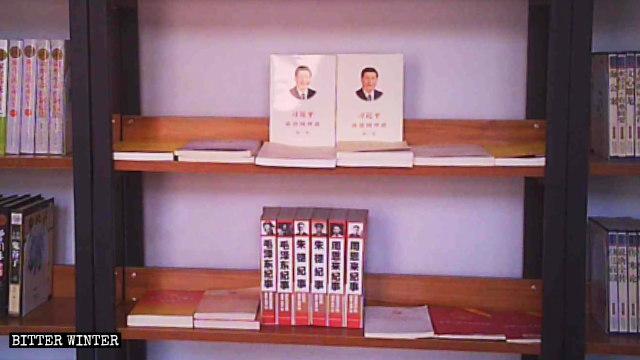 Rote Bücher gelegt in den Kirchenbibliotheksinnenraum