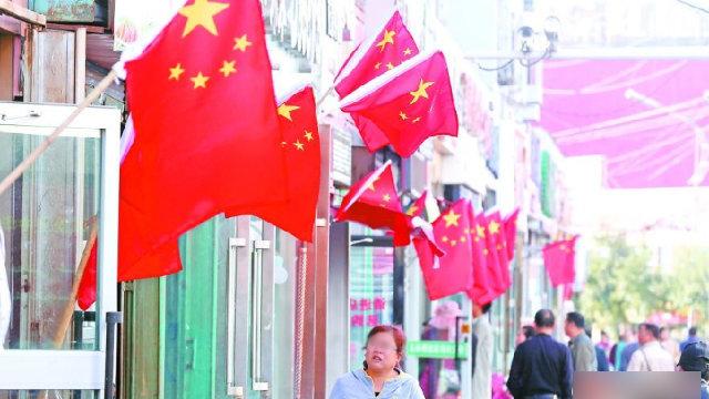 Xinjiang Straße voller chinesischer Flaggen